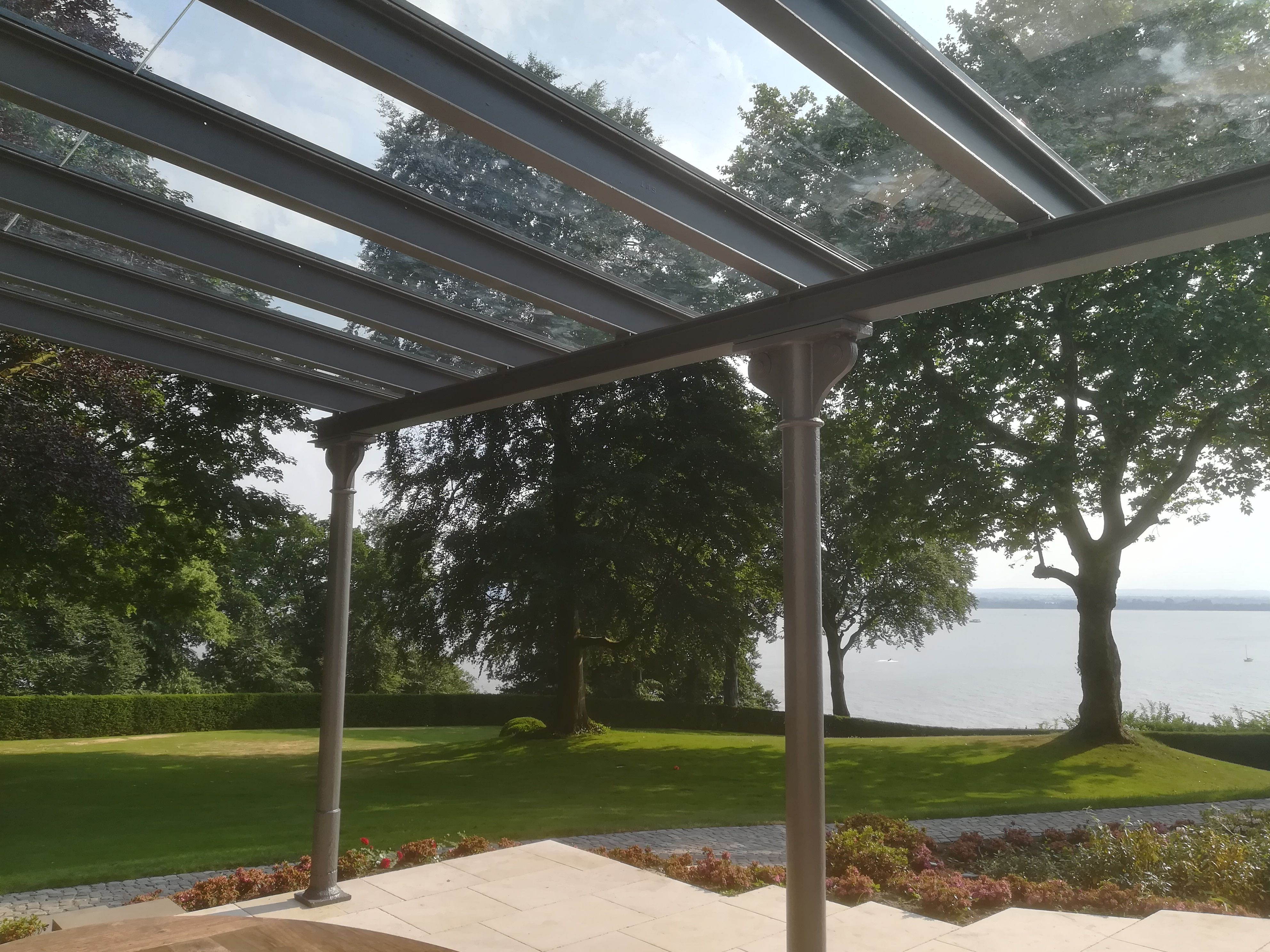 Free-standing glass roof